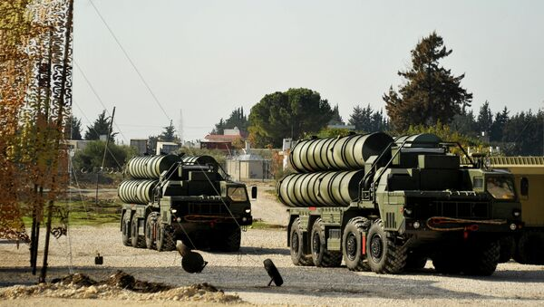 Lanzaderas del sistema S-400 en el aeródromo de Hmeymim en Siria - Sputnik France