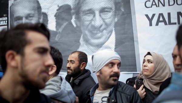 Les gens devant un poster de Can Dündar (G) et Erdem Gül (D) - Sputnik France