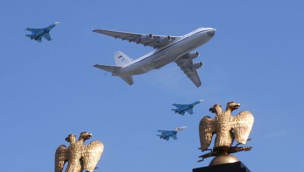 Un avion Il-80 et des chasseurs MiG-29 survolent la place Rouge de Moscou (archive photo) - Sputnik France