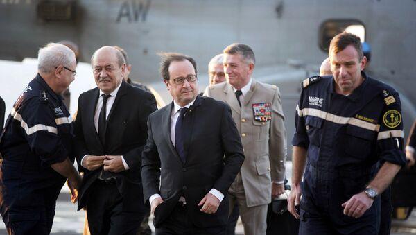 Une visite de François Hollande et Jean-Yves Le Drian sur le navire français Charles-de-Gaulle - Sputnik France