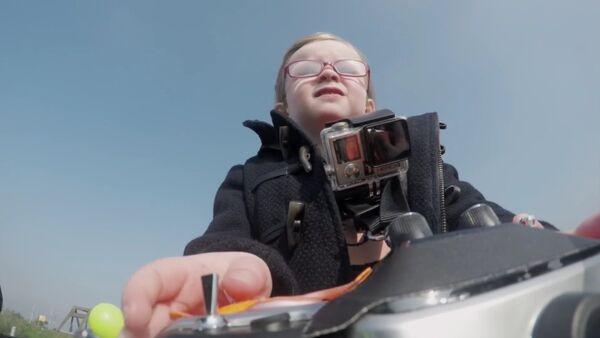 Une fille de quatre ans conduit un camion à distance - Sputnik France