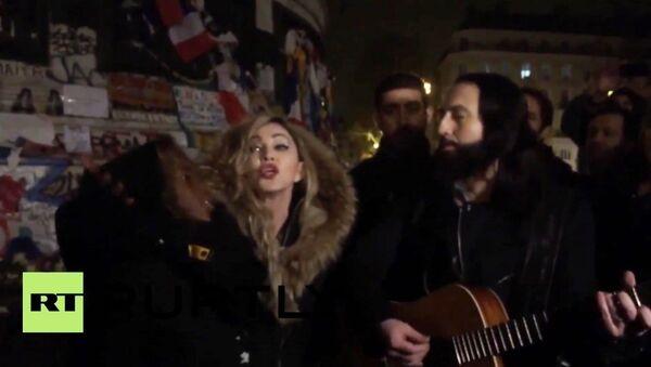 Madonna chante sur place de la République - Sputnik France