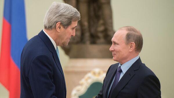 le secrétaire d'Etat américain John Kerry lors d'une rencontre avec le président russe Vladimir Poutine à Moscou - Sputnik France