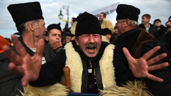 Un millier de bergers furieux pénètrent dans le parlement roumain - Sputnik France