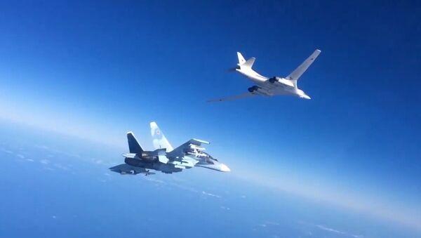 Un Su-30 et un bombardier Tu-160 - Sputnik France
