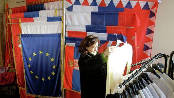 Drapeaux serbes et européens - Sputnik France