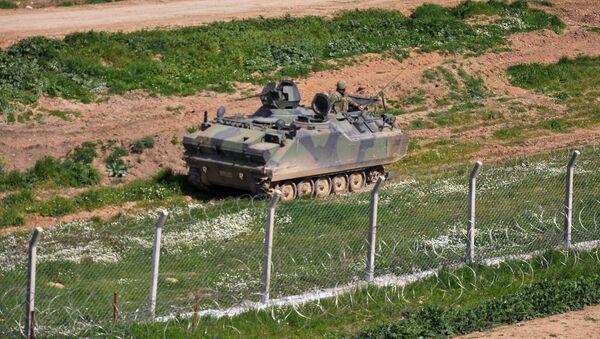 Un blindé turc à la frontière avec la Syrie - Sputnik France