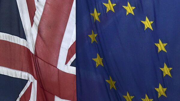 Les drapeaux de l'Union Européenne et d'Union britannique - Sputnik France