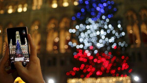un arbre de Noël illuminé dans les couleurs du drapeau national de la France - Sputnik France