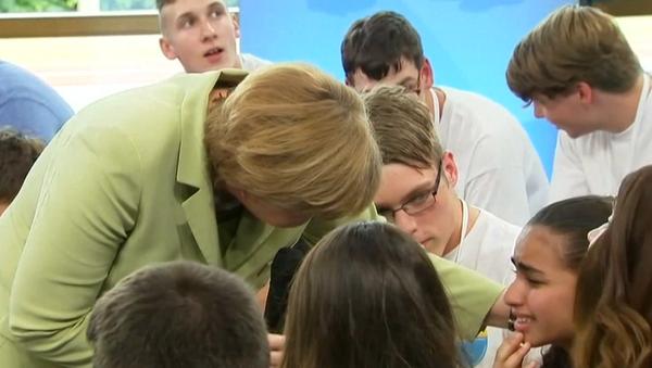 La fillette en larmes devant Angela Merkel obtient un titre de séjour - Sputnik France