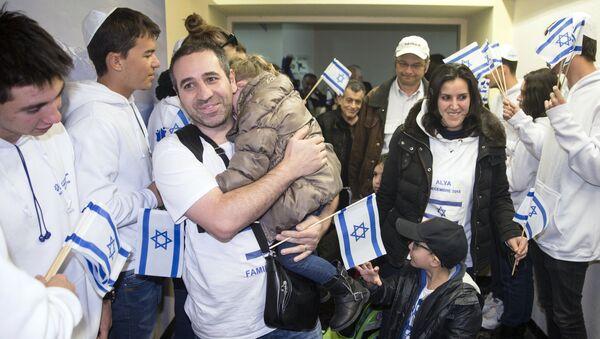 Juifs de France sont salués par les Israéliens à l'aéroport International Ben Gurion, le 8 décembre 2015 - Sputnik France