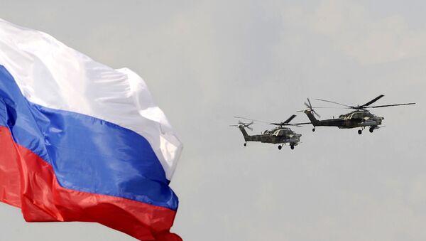 Hélicoptères militaires russes et le drapeau de la Russie. Image d'illustration - Sputnik France