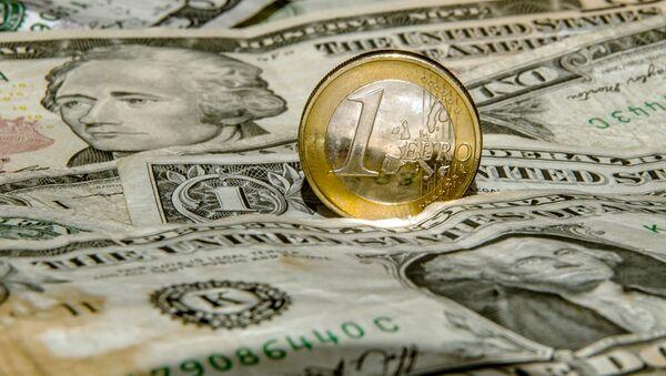 Dollars et un euro, image d'illustration - Sputnik France