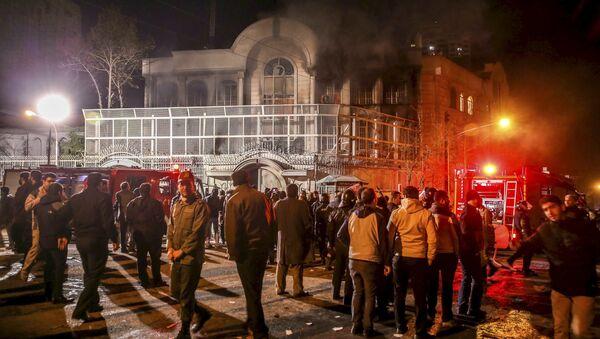 Protestataires iraniens rassemblés devant l'ambassade d'Arabie saoudite à Téhéran - Sputnik France