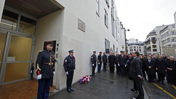 Une plaque en mémoire des victimes de Charlie Hebdo à Paris - Sputnik France
