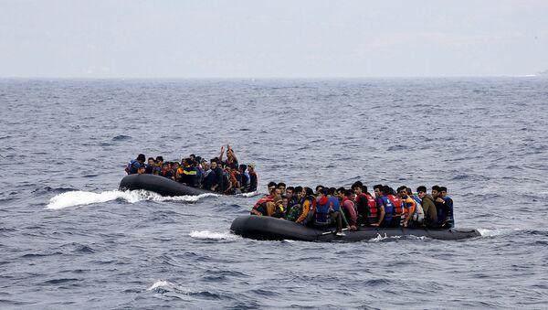 Des réfugiés syriens arrivent  sur l'île grecque de Lesbos, le 22 septembre 2015 - Sputnik France