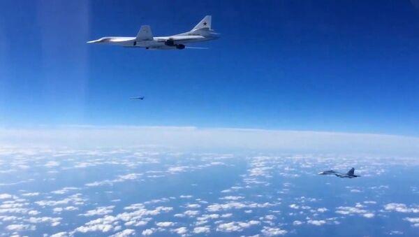 Сопровождение истребителем Су-30СМ бомбардировщика-ракетоносца Ту-160 ВКС РФ - Sputnik France