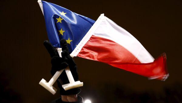 Les drapeaux de la Pologne et de l'UE - Sputnik France