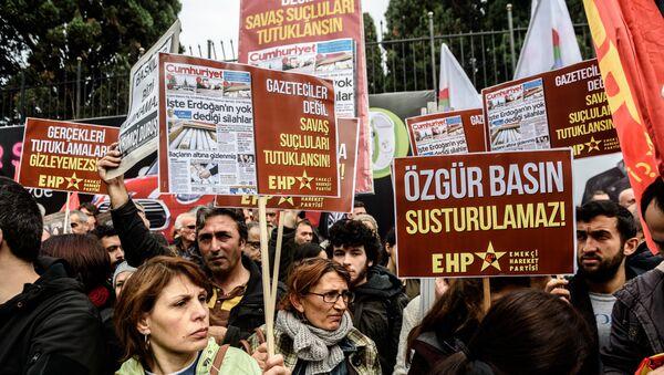 Les gens ont pancartes médias libres ne peuvent pas être réduits au silence - Sputnik France