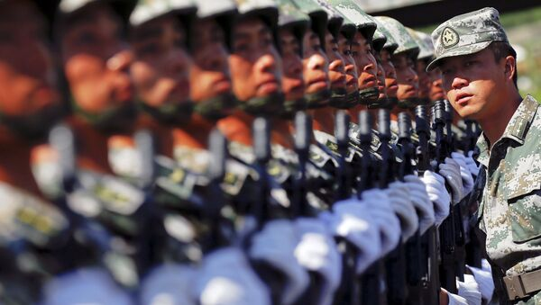 An officer gives instructions as soldiers of China's People's Liberation Army form a line during a training session for a military parade to mark the 70th anniversary of the end of World War Two, at a military base in Beijing, China, August 22, 2015. - Sputnik France