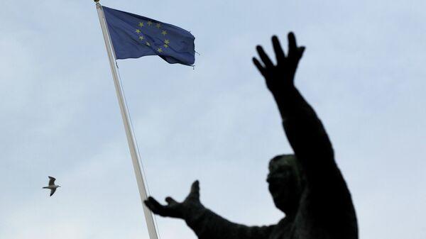 The European Union flag is seen with the statue of Irish trade union leader James Larkin in Dublin on December 11, 2013 - Sputnik France