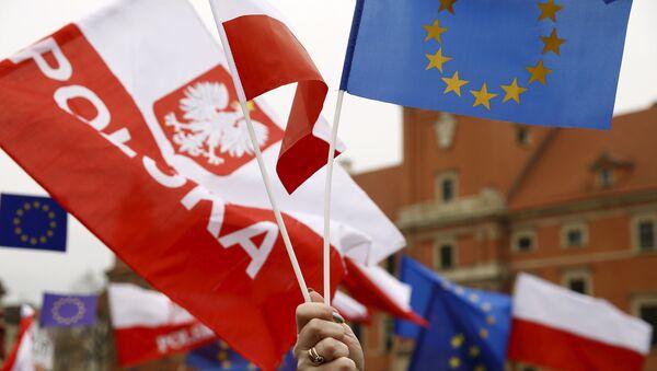 Die Flagge von Polen und der EU - Sputnik France