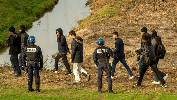Eurotunnel inonde ses terrains pour éviter l'intrusion de migrants - Sputnik France