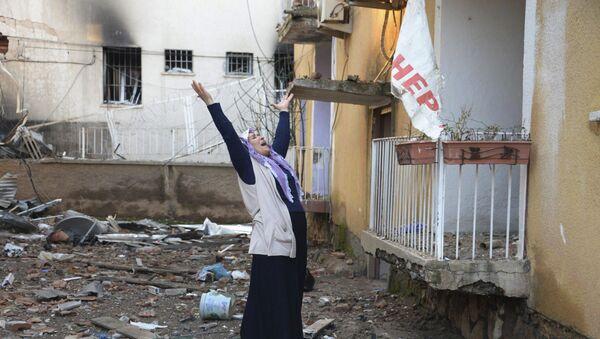 Une femme pleure devant un département de police de Diyarbakir - Sputnik France