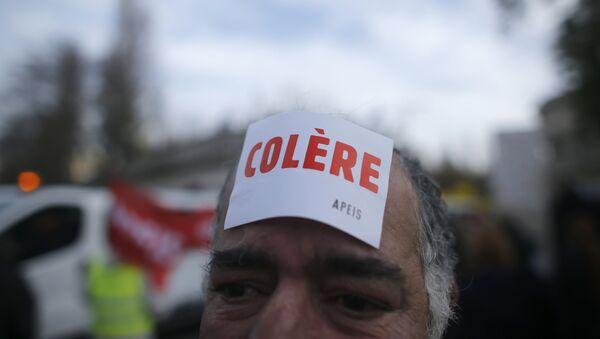 manifestants porte un autocollant colère, la grève contre le chômage, Paris  - Sputnik France