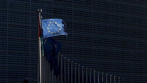 An European Union flag flutters outside the EU Commission headquarters in Brussels - Sputnik France