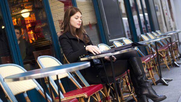 femme au café - Sputnik France
