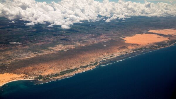 The Somali coast is seen from Secretary of State John Kerry's plane as it nears the airport in Mogadishu, Somalia on Tuesday, May 5, 2015. - Sputnik France