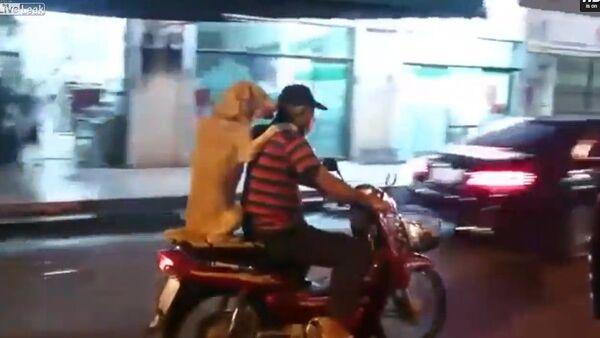 Un chien fait du scooter - Sputnik France