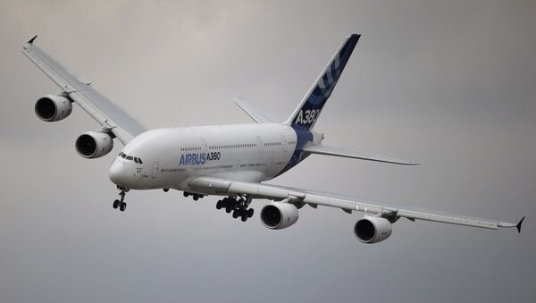 An Airbus A380 aircraft performs a demonstration flight at the Paris Air Show, in Le Bourget airport, north of Paris, Thursday, June 18, 2015. - Sputnik France