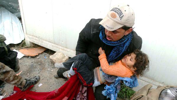 Un enfant est réconforté tandis que les forces de sécurité irakiennes aident civils à sortir dans des endroits sûrs à Ramadi, à 70 miles (115 kilomètres) à l'ouest de Bagdad, en Irak, jeudi 31 décembre 2015. - Sputnik France