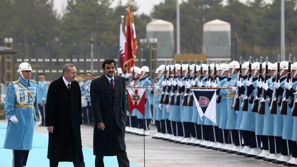 Le président turc Recep Tayyip Erdogan et l'émir du Qatar Sheikh Tamim bin Hamad Al-Thani, à droite, inspectent une garde d'honneur militaire dans le nouveau palais présidentiel à Ankara, Turquie, vendredi 19 décembre 2014. - Sputnik France
