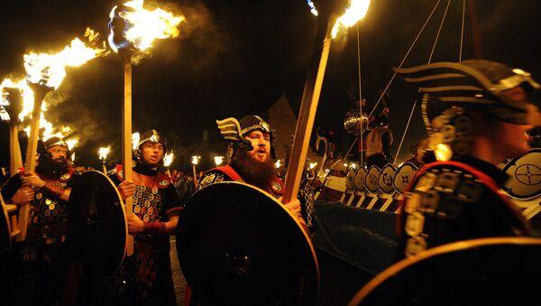 procession de personnes déguisées en Vikings - Sputnik France