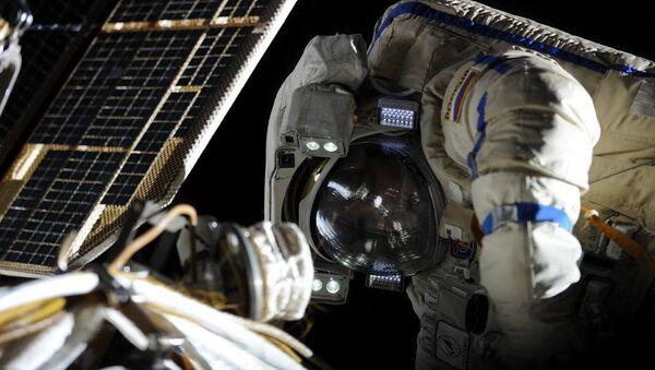 Les cosmonautes russes de l'ISS sortent dans l'espace - Sputnik France
