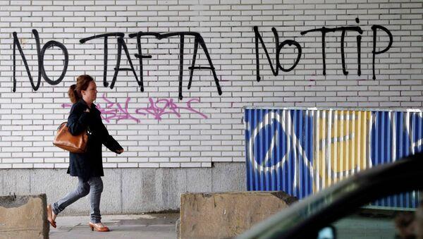 Des graffitis contre le Traité transatlantique à Bruxelles, le 27 juillet 2015 - Sputnik France