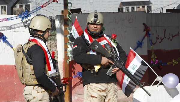 Iraqi soldiers stand guard at a checkpoint  in Baghdad - Sputnik France