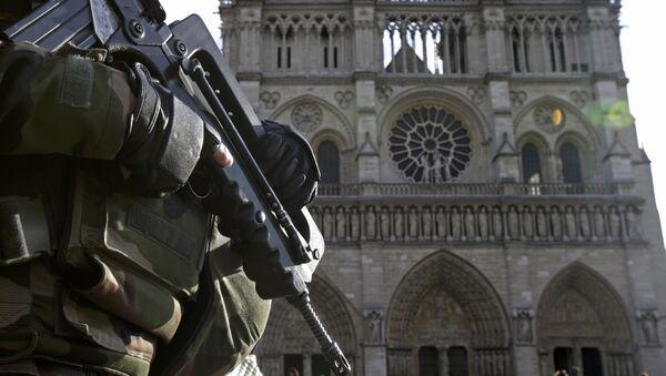 Un soldat français devant la cathédrale Notre-Dame de Paris - Sputnik France