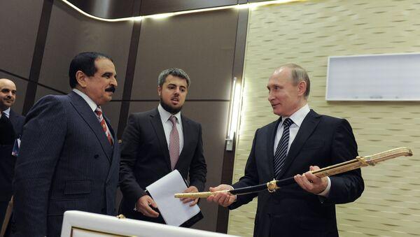 Poutine reçoit une épée de Victoire des mains d'un souverain du Golfe - Sputnik France