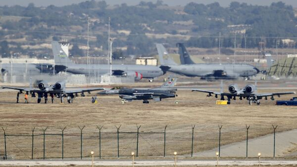 A Turkish Air Force F-16 fighter jet ( C foreground) is seen between U.S. Air Force A-10 Thunderbolt II fighter jets at Incirlik airbase in the southern city of Adana, Turkey, December 11, 2015 - Sputnik France