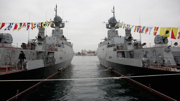 Les navires lance-missiles russes Zeleny Dol (à gauche) et Serpoukhov - Sputnik France