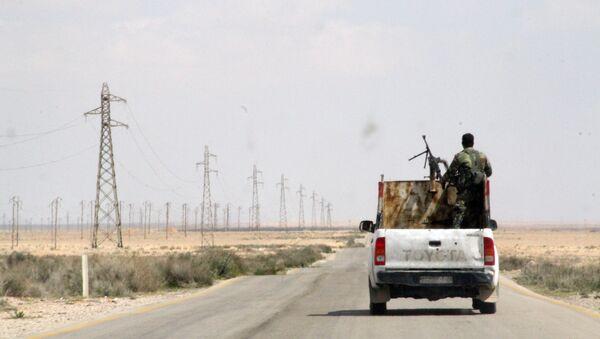 Des militaires syriens sur la route reliant Homs à Raqqa - Sputnik France