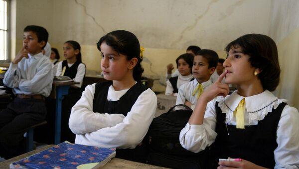 Iraqi Kurdish students at Citadel Elementary School listen intently to the teacher as she presents a math problem in Kurdish language, in the Kurdish town of Irbil, northern Iraq, Wednesday, April 30, 2003. - Sputnik France
