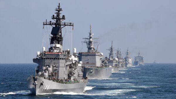 Cette image prise le 18 Octobre, 2015 montre le navire d'escorte Kurama de la Force maritime d'autodéfense japonaise avec d'autres navires au cours d'une revue de la flotte dans la baie de Sagami, préfecture de Kanagawa - Sputnik France