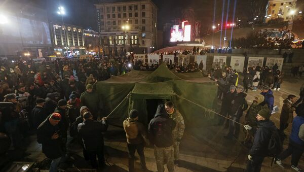 Protesters pitch a tent during an anti-government rally in central Kiev, Ukraine, February 20, 2016. - Sputnik France