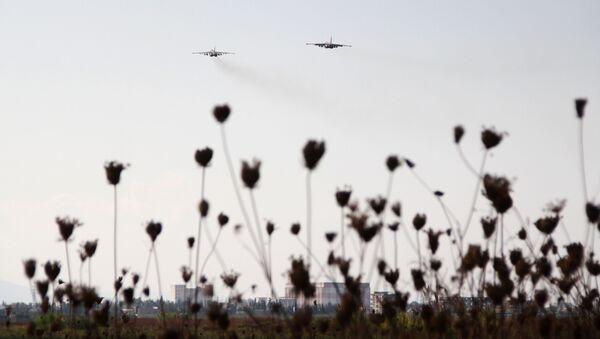 Un avion russe Su-25 décolle depuis la base aérienne de Hmeimum, en Syrie - Sputnik France