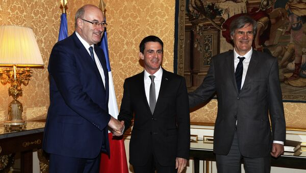 European Union Commissioner for Agriculture and Rural Development Phil Hogan (L) shakes hands with French Prime minister Manuel Valls (C) next to French Agriculture minister Stephane Le Foll (R) before a meeting at the Hotel Matignon in Paris on February 25, 2016. - Sputnik France